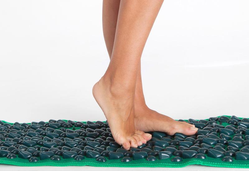 Коврик-массажёр с камнями эффектно прорабатывает все точки стопы