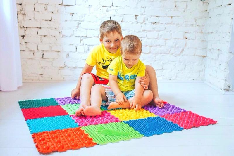 Для двух деток нужно выбирать модель большего размера, чтобы они могли заниматься вместе