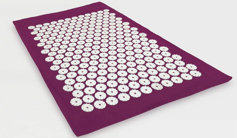 Можно использовать акупунктурный коврик перед сном, во время офисной работы, чтобы разгрузить мышечное напряжение спины, после занятий спортом