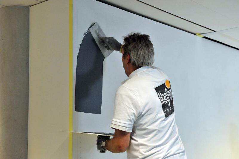 Перед нанесением магнитно-грифельной краски стену следует тщательно подготовить