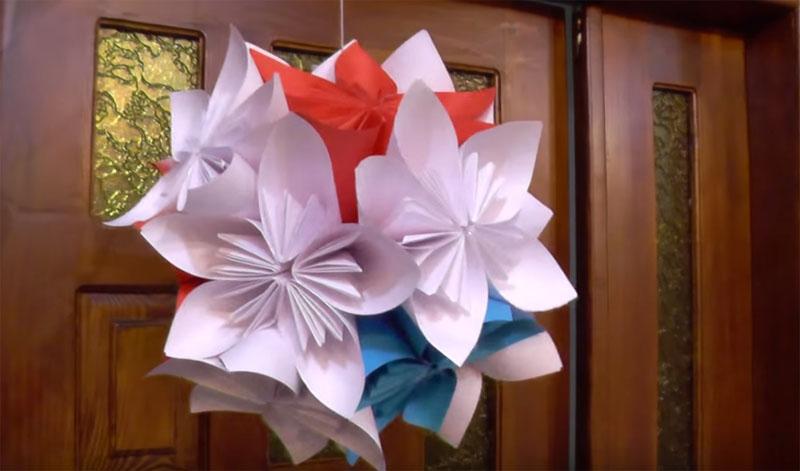 Две половинки по 5 цветочков склеить между собой, а просветы можно закрыть деталями меньшего размера, выполненными в этой же технике