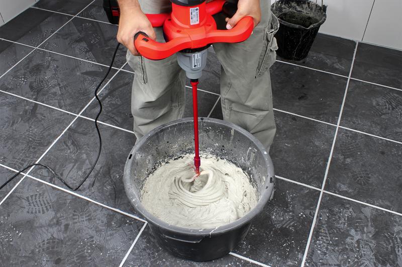 Залив воду в сухой состав, смесь требуется максимально тщательно перемешать при помощи строительного миксера