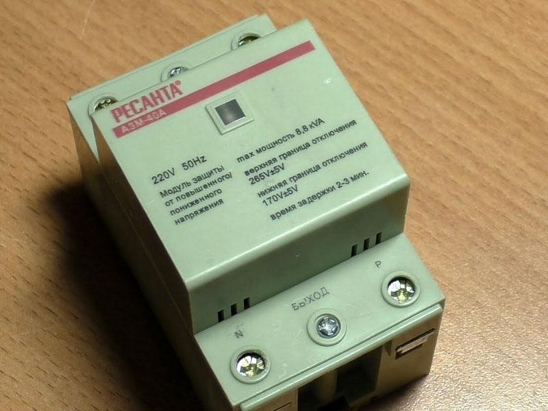 На реле контроля напряжения «Ресанта АЗМ 2P 40А» также указаны контакты входа и выхода