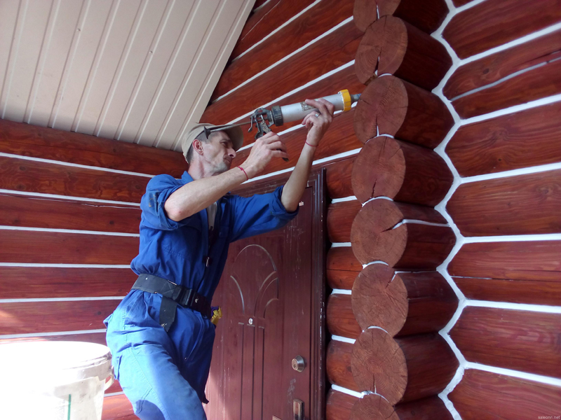 Позаботьтесь заранее о наличии герметика, который поможет укрыть щели и пазы, а также снизить такое неприятное качество древесины, как растрескивание