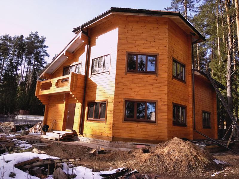 Профилированный брус позволяет избежать внешней обработки строения и сэкономить на покраске. Особенно, если учесть, что дерево уже было высушено и спрессовано, что увеличивает прочностные характеристики дома и снижают процент усадки