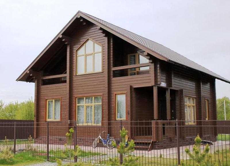 Дома из клееного бруса обычно возводят на приусадебных участках, а также строят из него малоэтажное жильё