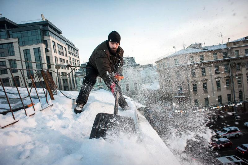При себе вы должны иметь как минимум два приспособления – монтажный пояс с тросом и снеговую лопату. Дальше весь процесс течёт по понятному руслу