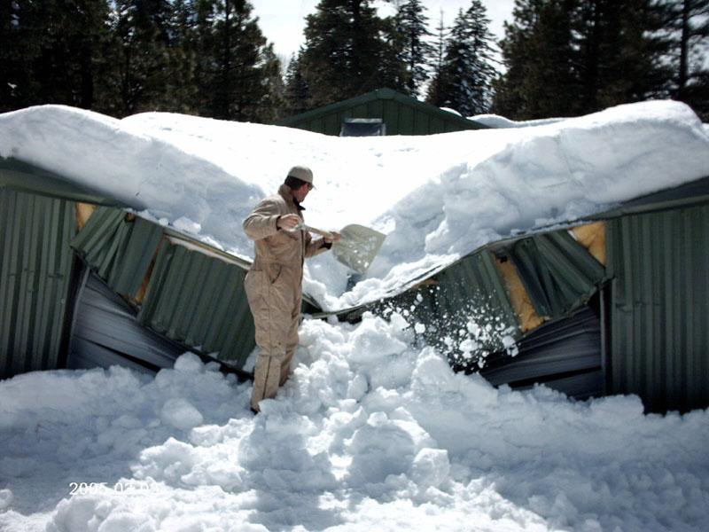 Стоимость своевременной и оперативной уборки снега с поверхности ската гораздо ниже затрат на ремонт конструкции в случае обрушения