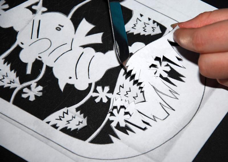 Для прорезания мелких деталей лучше воспользоваться маникюрными ножницами или скальпелем