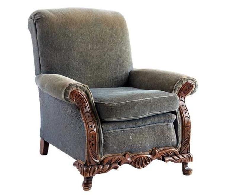 Основное преимущество старого кресла – добротный каркас из дерева