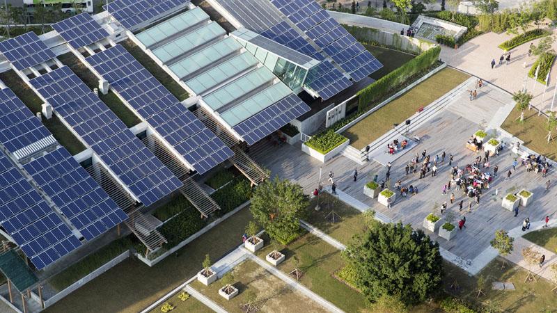 Одна из главных особенностей энергоэффективных домов — наличие солнечных батарей на крыше