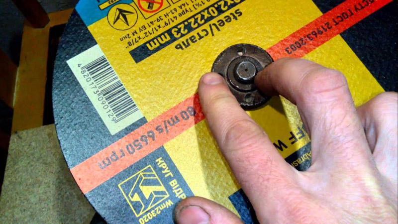 Закручивать гайку нужно вручную – ключ при этом не используется