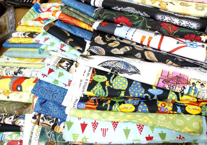 Иногда даже в специализированных магазинах продают остатки ткани или штучные пуговицы по бросовым ценам