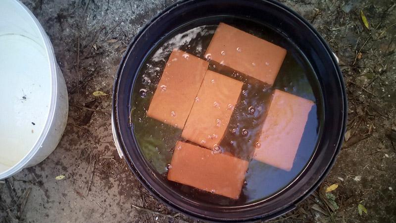 Вымоченный в солярке или керосине кирпич будет гореть долго и жарко
