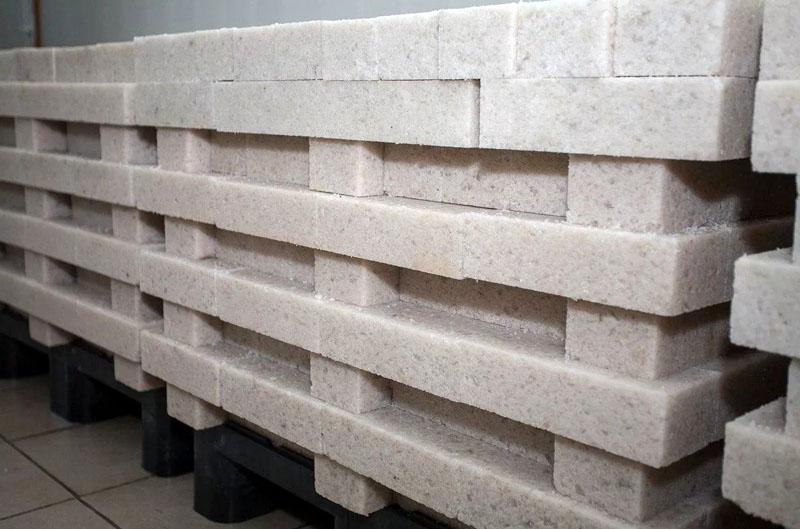 Вот так выглядят соляные блоки, только что сошедшие с конвейера