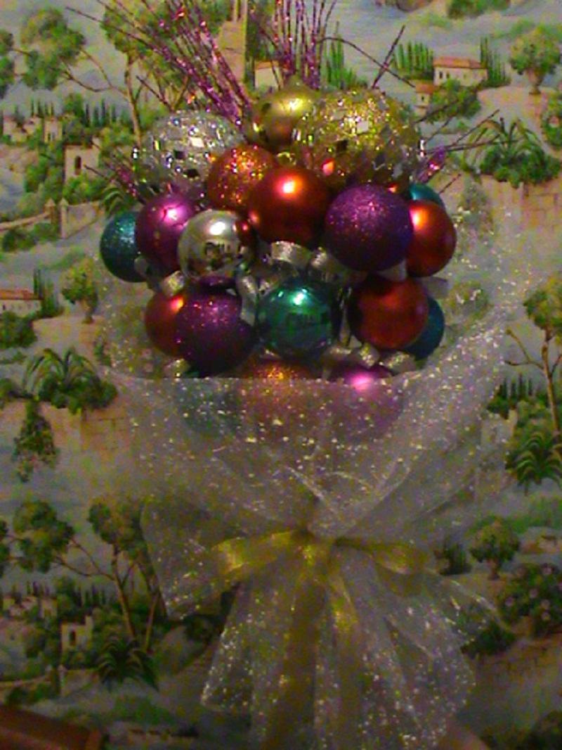 Упаковать новогодний букет сеткой и завязать красивый бант