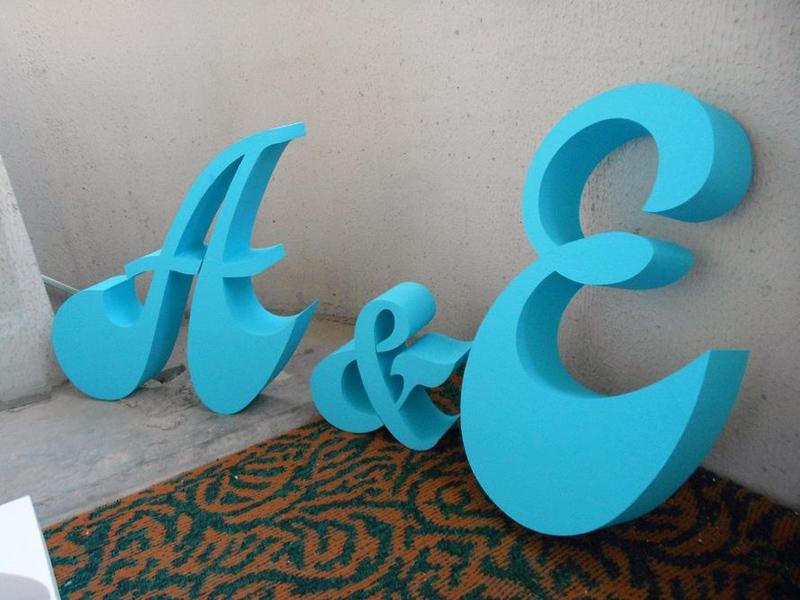 Большие буквы удобнее красить при помощи краскопульта – так оттенок ляжет намного ровнее