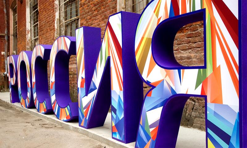 Буквы из пенопласта используют для праздничных украшений городских мероприятий