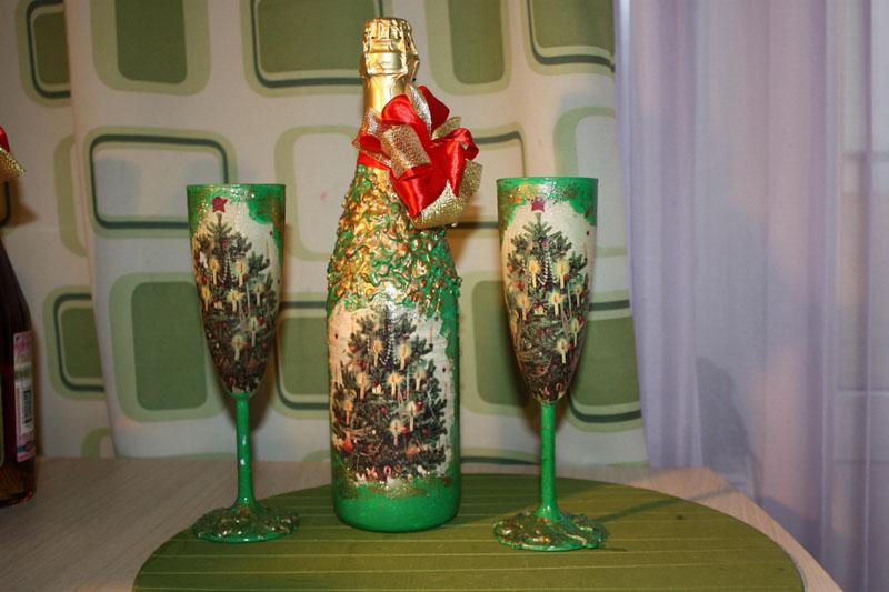 Желающим тематических украшений предлагается сделать декупаж не только бутылочки, но и бокалов
