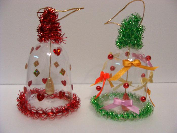 Прозрачный пластик тоже хорош для колокольчика на ёлку, если подобрать к нему достойное украшение