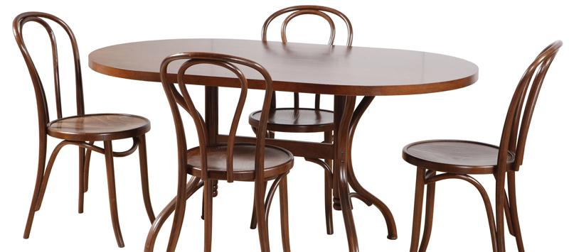 Венские стульчики не тяжелые и визуально создают некоторую лёгкость кухонному гранитуру