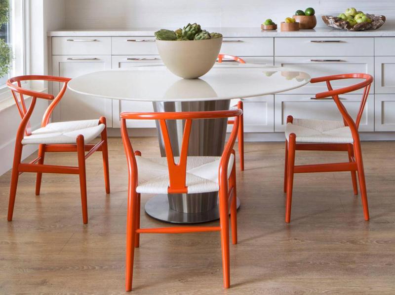 Окрашенная и лакированная мебель разбавит нейтральные тона в интерьере