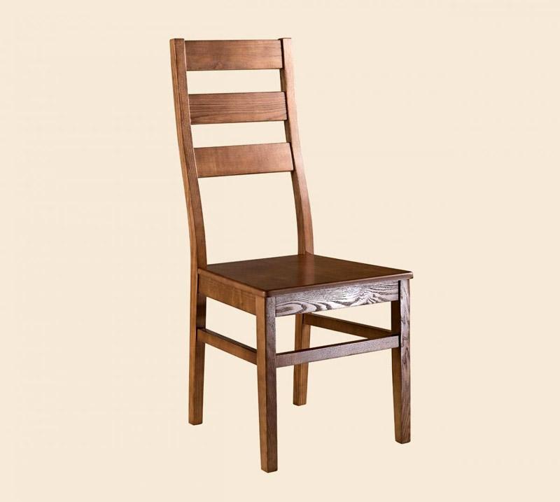 Конкуренты массива дуба — ясень и орех, они дают прочную и жёсткую мебель приятного глазу оттенка