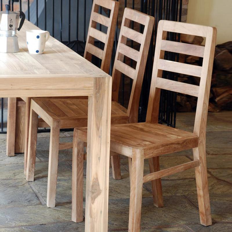 Классические стулья преимущественно сохраняют натуральный цвет дерева