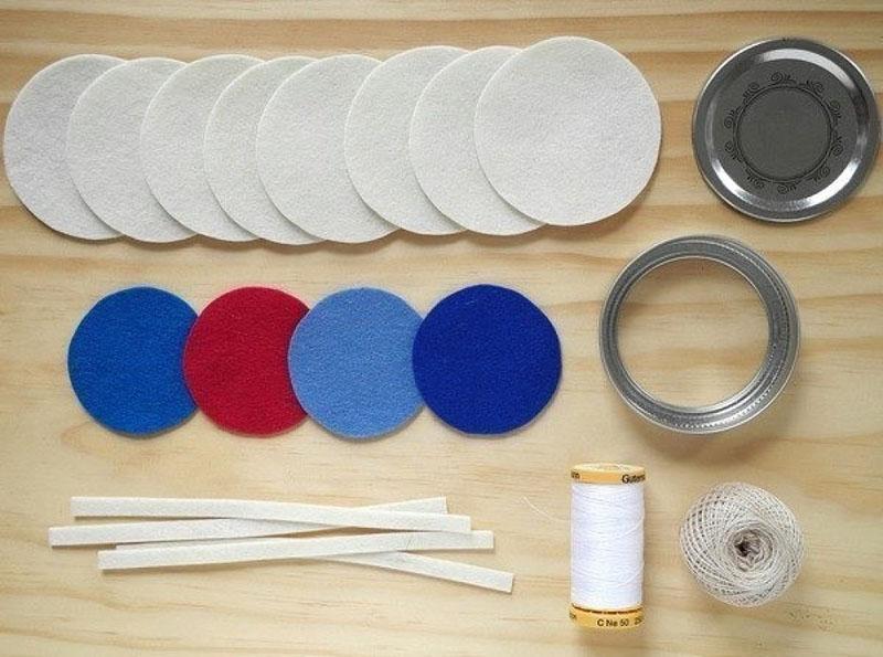 Для работы нужно подготовить два диска, голубую бумагу или картон, ножницы, нитки с иголкой, шило и маркер