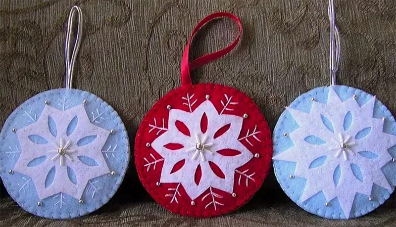 Можно придумать разные варианты декорирования снежинки