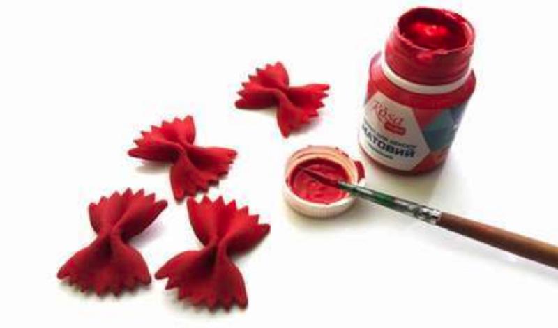 Бантики покрасить в красный цвет
