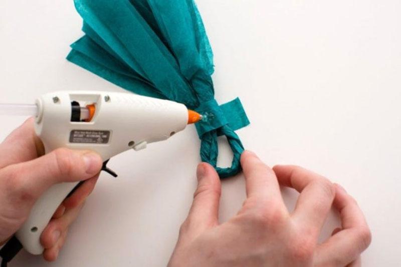 Вместо бумаги и клея кисточку можно зафиксировать скотчем
