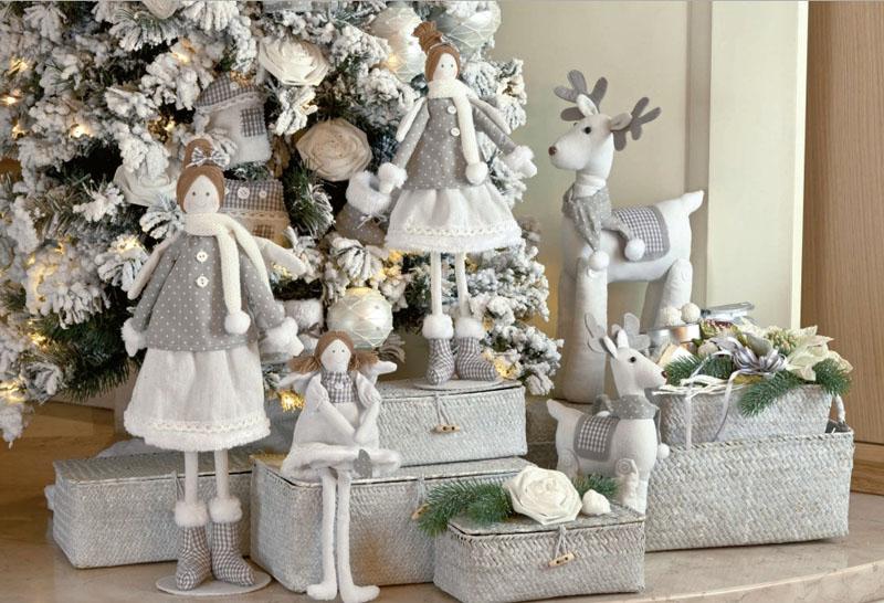 Используя разные куклы и игрушки тоже можно подобрать подходящую композицию в интерьер
