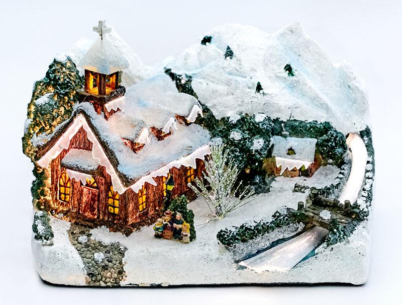 Зимние заснеженные домики приковывают взгляд