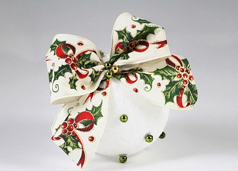 К простому шарику привязывают ленту с новогодним принтом. Очаровательный бант и украшение готово!