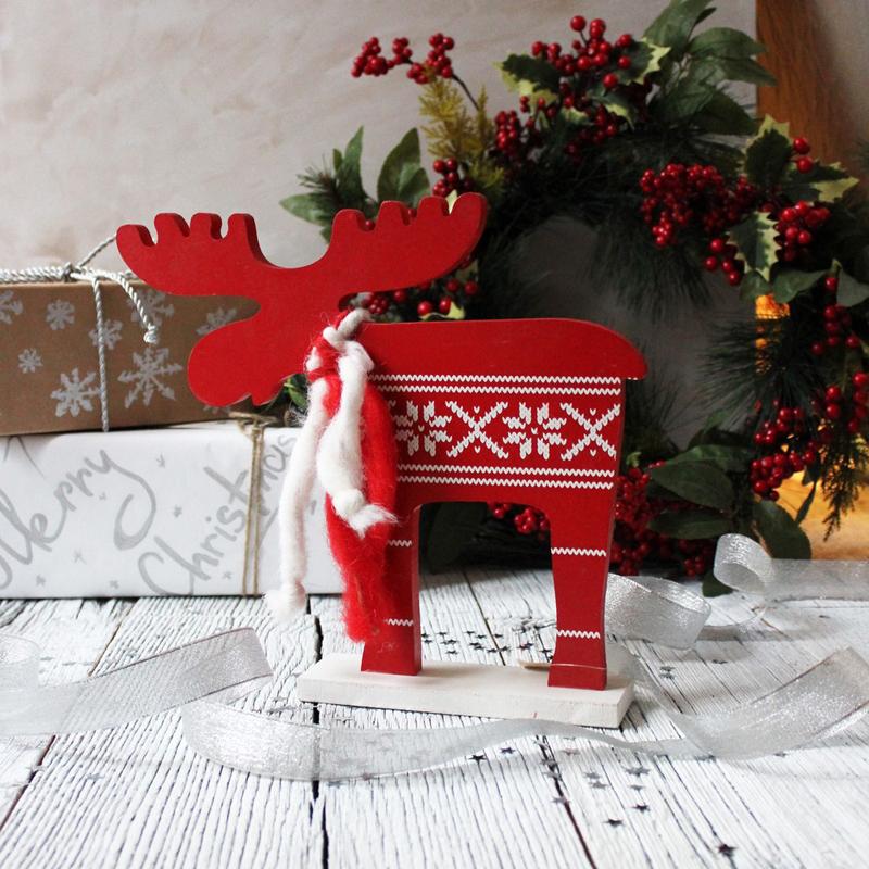 Из картона или тонкой фанеры мастера вырезают фигурки новогодней тематики и окрашивают их