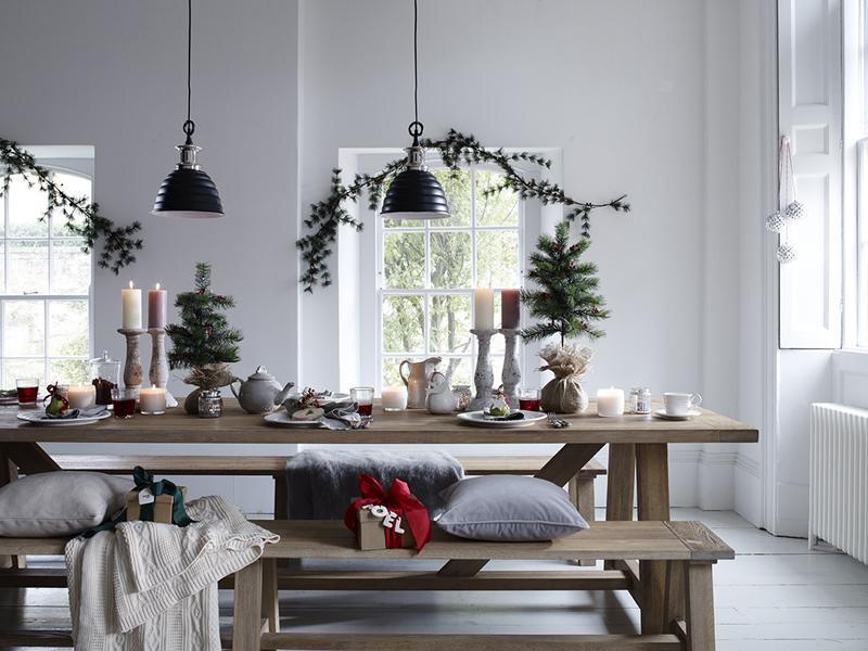 Естественность во всём — не все любят яркость и блеск новогодних украшений. В дело идут шишки, каштаны, еловые ветки, деревянные элементы, джутовый шпагат, орехи
