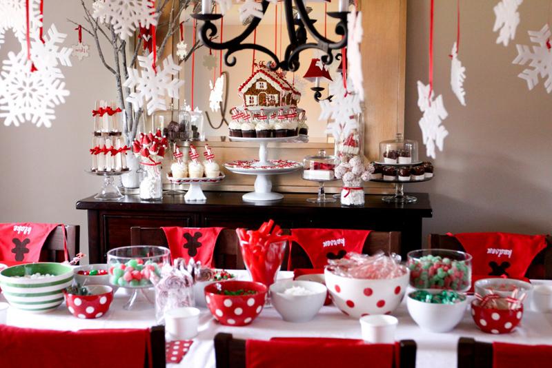 Интересно смотрится навесной декор над празднично украшенным столом