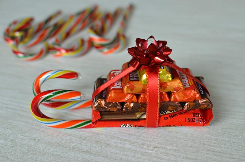 Детям составляют вкусные подарки в виде домиков, мешочков или вот таких вот оригинальных саней