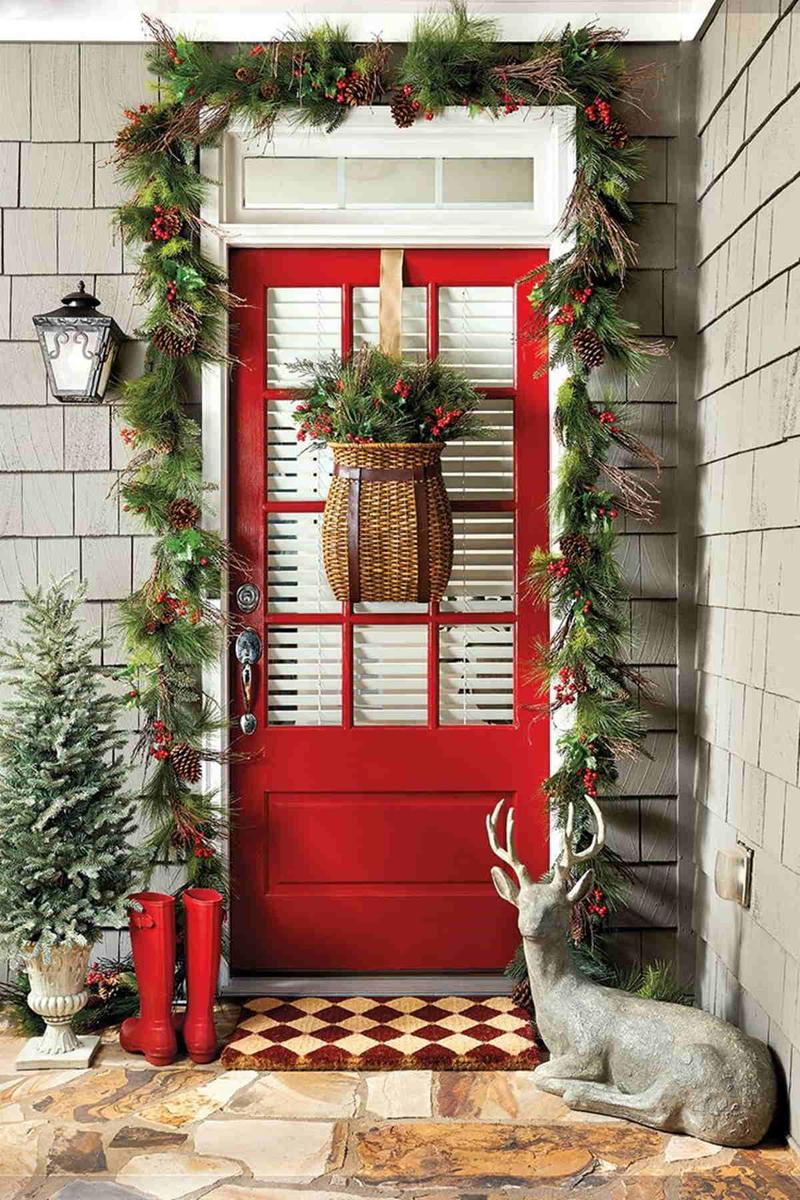Около двери следует расположить напольные статуэтки и фигурки, это сразу создаст атмосферу волшебного Нового года и Рождества