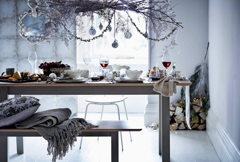 Над столом красиво смотрятся оригинальные композиции из веток и другого декора