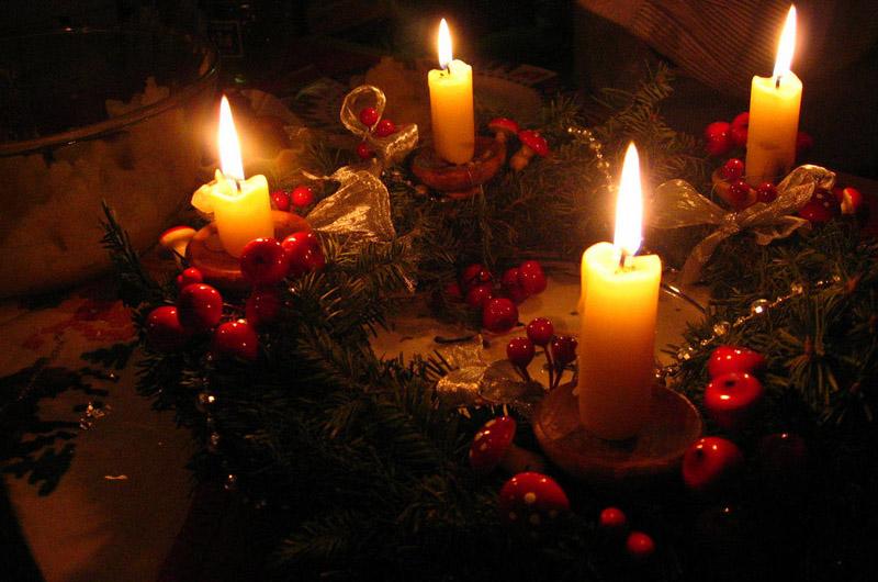 Сегодня настольные композиции украшают только 4 свечи