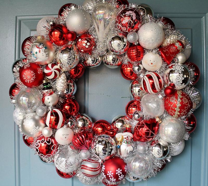 Накануне рождества многие украшают венком входные двери