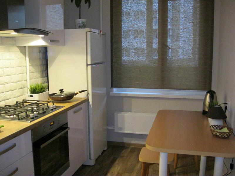 Не рекомендуется ставить холодильник охладителем вплотную к стене и возле отопительных приборов