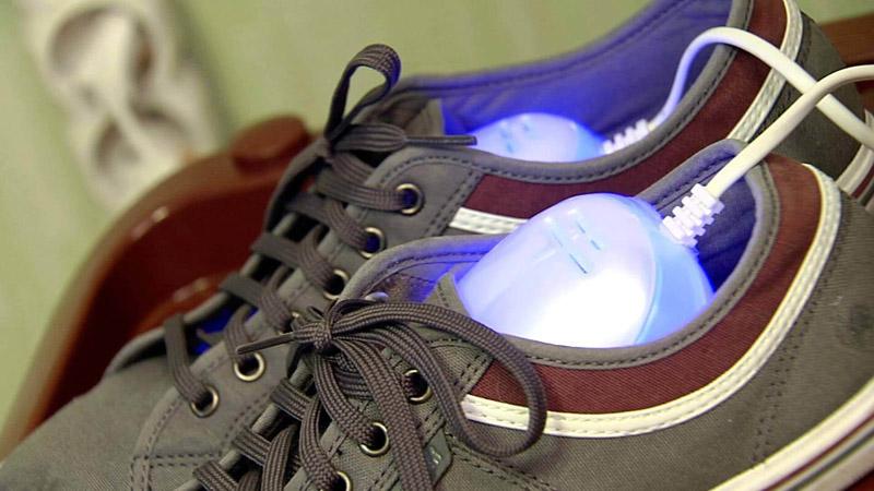 Можно воспользоваться специальными сушками для обуви
