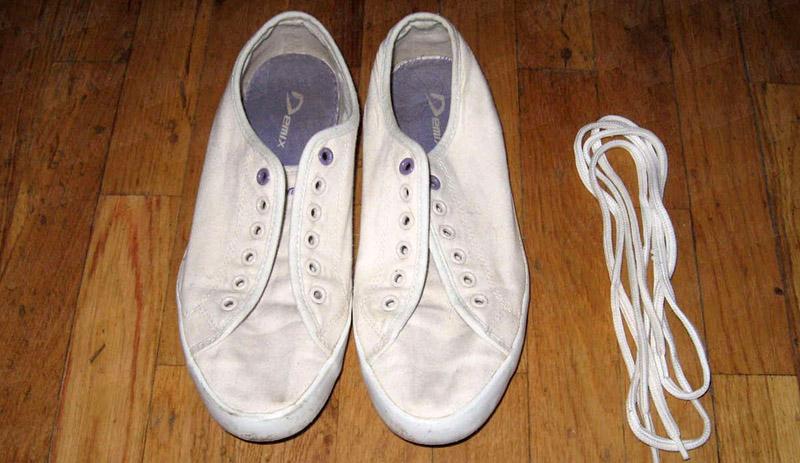 Шнурки вынимают для того, чтобы они лучше простирались