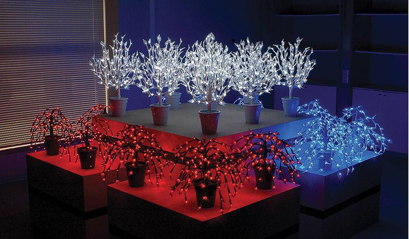 Очень празднично смотрятся в офисе новогодние деревца из светодиодной ленты