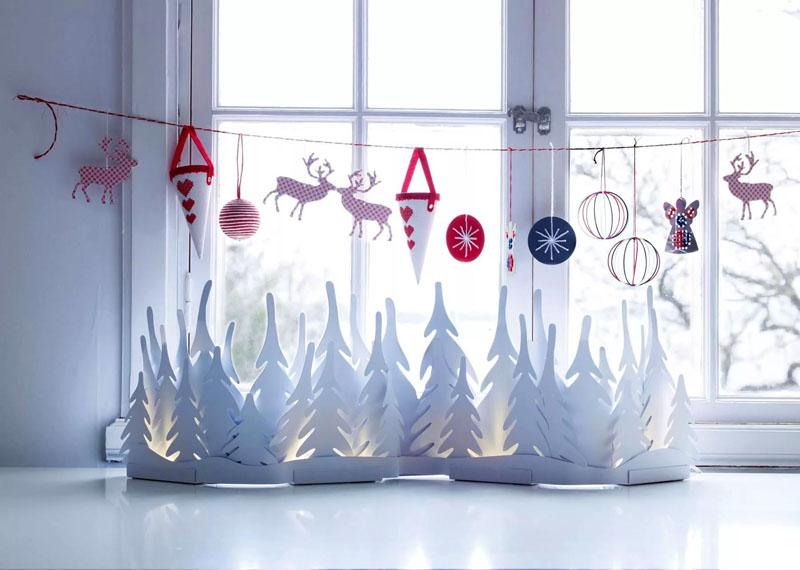 Можно сделать эффектный дождик из новогодних шаров или бумажных снежинок
