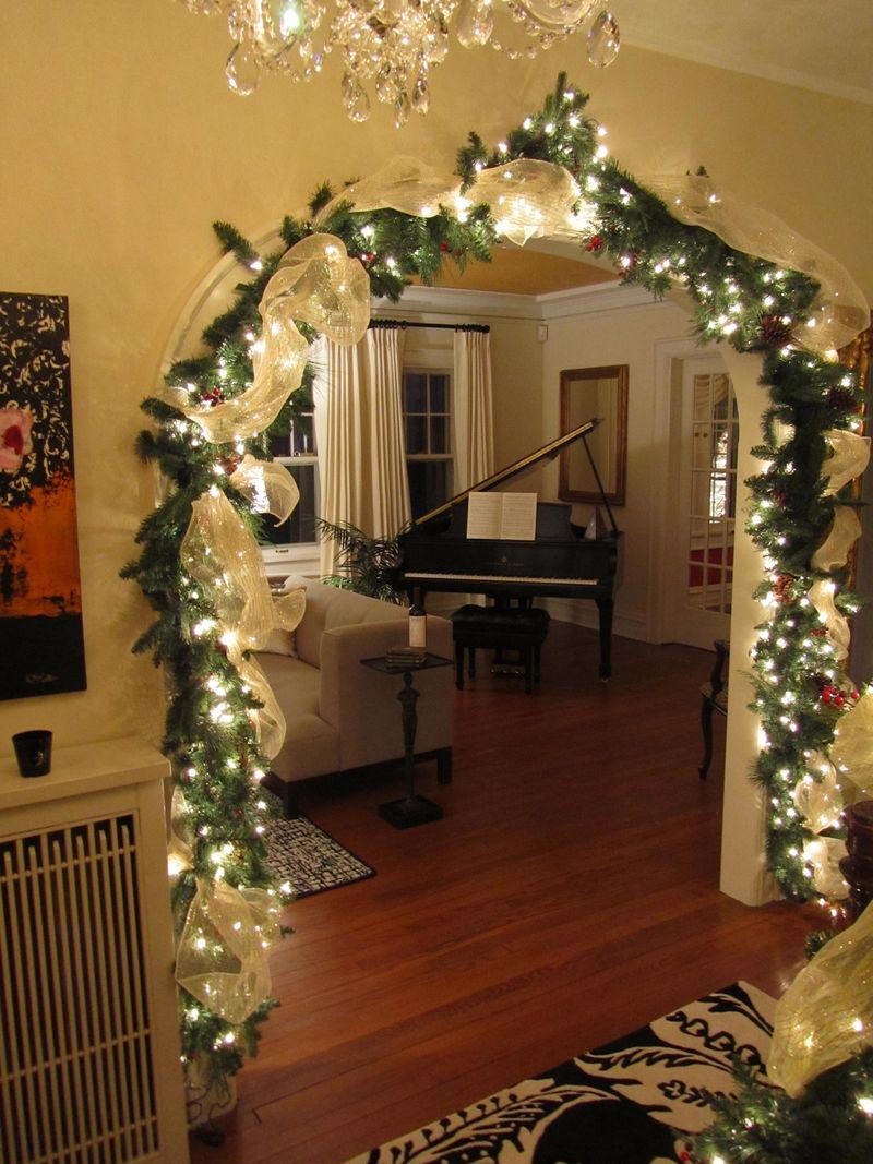 Дверной проём в зал станет куда более праздничным, если повесить там гирлянду