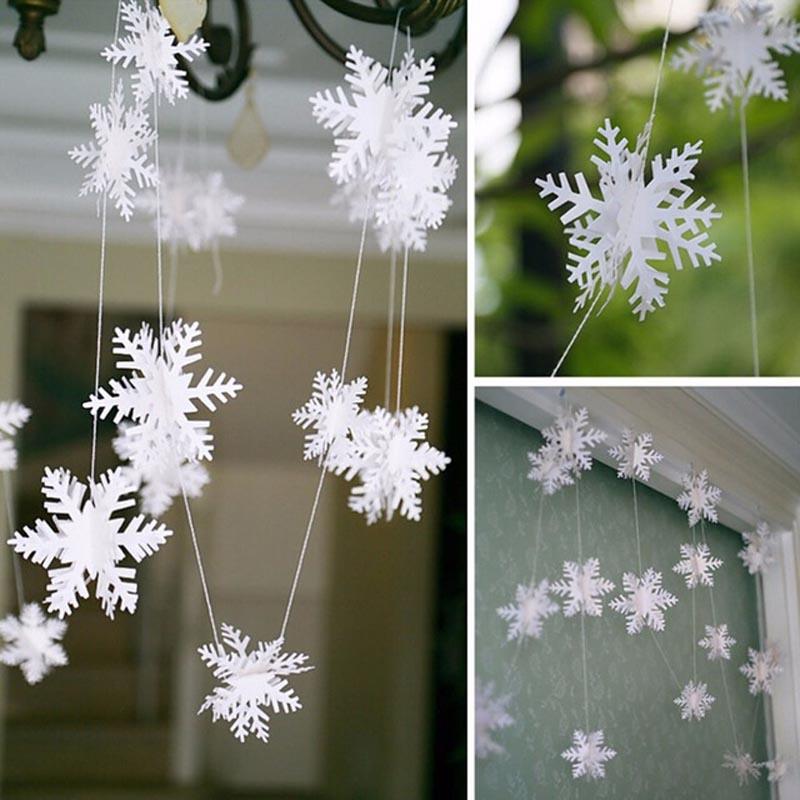 Из снежинок следует собрать изящную гирлянду для любого уголка гостиной